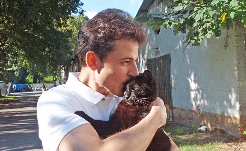 Andrea (responsabile de I Mici del Forte) con Nerello, il gatto che porta fortuna